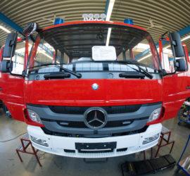 Fronsansicht unseres Mercedes-ATEGO-Fahrgestells im Kabinen-Werk